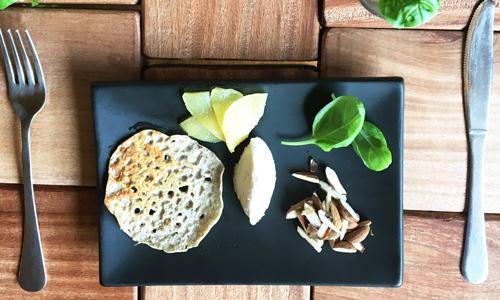Pancakes vegan di saraceno con pere, scaglie di mandorla e basilico